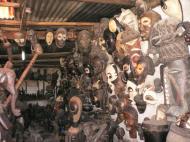 Привезенные из отдаленных местностей традиционные маски – на продажу туристам на