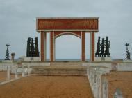 «Врата невозвращения» - монумент на месте отправки рабов в Америку (фото О.И. Ка