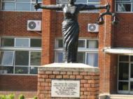 Африканская Фемида – скульптура у здания Верховного суда Замбии в г. Лусаке (фот