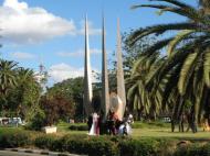 Молодожены и их гости у памятника в ознаменование состоявшейся в Замбии конферен