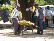 Продажа бананов с тележки – характерная сцена для г. Ливингстона (фото Д.М. Бонд