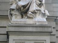 Скульптура, изображающая пока еще спящую Африку, перед фасадом старого здания таможни в Нью-Йорке (1900–1907 гг., скульптор Д.Ч. Френч)