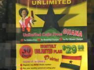 Реклама дешевого тарифа на мобильную связь между Ганой и США (фотография сделана в Нью-Йорке)