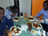 Участник экспедиции Александр Жуков со своими сомалийскими друзьями в ресторане восточно-африканской кухни. Миннеаполис, октябрь 2013 г.