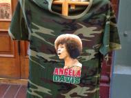 Малая часть широкого ассортимента магазина футболок с африканской, африкано-американской и растафарианской символикой в Сент-Луисе, которым владеет эмигрант из Сенегала (фото В.В. Усачевой)