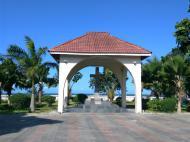 Крест, установленый в честь дарования занзибарским султаном земли католической миссии, Багамойо (фото А.А. Банщиковой)
