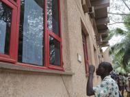 Бенин Студент университета Абомей - Калави ищет свою фамилию в списках