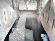 В.Н. Брындина спускается в подземное сооружение (фото А.А. Банщиковой)