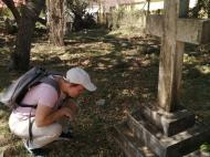 В.Н. Брындина у одного из погребений (фото А.А. Банщиковой)