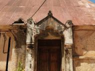 Дверь церкви, выполненная в занзибарском стиле (фото А.А. Банщиковой)