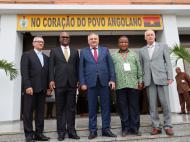 У входа в здание ЦК МПЛА. Представители Кубы, ЮАР, Намибии и России. 5 декабря.