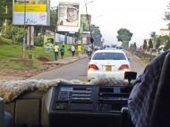Способ передвижения по Уганде. (Впереди - полицейская машина с сиреной и мигалкой).