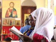 Прихожанки во время службы поют песни прославления на луганде, Мперерве