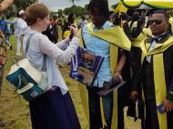 Н.Е. Хохолькова поздравляет выпускника SLADS, Багамойо (фото М.А. Сергеевой)