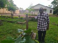 Потомок одного из первых крещеных рабов рядом с могилой своего прадеда (фото В.Н. Брындиной)