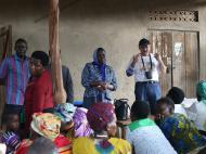 Антрополог Д.М.Бондаренко приветствует старообрядцев деревни Кисоджо
