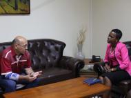 Бренда, журналист центрального государственного телевизионного канала UBC, берет интервью у антрополога Д.М.Бондаренко