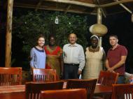 Прощальный вечер с хозяйкой гостиницы Флоренс и Дженнифер. Каждому из нас приготовили по новому имени в традиции народа луо и чудесный африканский ужин
