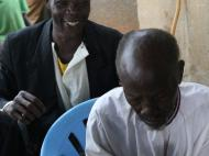 Раздача фотографий, сделанных в прошлом году в деревне Кисоджо. Реакция на фото своей жены. JPG