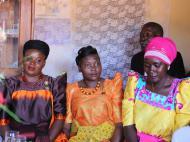 Традиционная церемония бракосочетания. Невеста (в центре) и ее тетушки, пригород Кампалы
