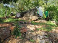 Традиционные места поклонения в туристическом месте у водопада Ssezibwa