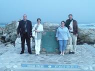 Мыс игольный. Памятник. Я, Саша, Марина Николаевна и Ян Либенберг