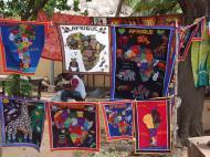 Дагомейские «знамена». Сувенирный рынок в г. Котону (фото Е.Б. Деминцевой)