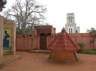 Вид на католический собор Непорочного зачатия со двора храма питонов — главного храма культа вуду (фото Е.Б. Деминцевой)